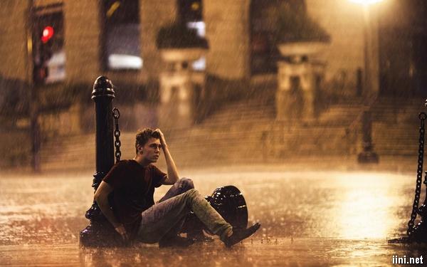 ảnh chàng trai khóc trong mưa vì thất tình