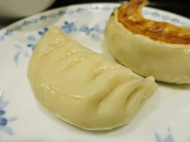 ぷっくり厚みのある皮の中には、シンプルな餃子の餡がたっぷり