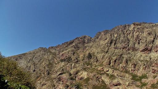 Le versant RD de la Lonca de la montée vers l'arche et la crête de Caprunale
