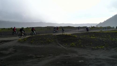 Menjelajah Lautan Pasir Gunung Bromo sungguh mengasyikkan. Apalagi bersama sepeda dan kawan-kawan tercinta.