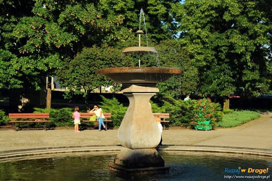 Pińczów nad Nidą - fontanna w centrum parku