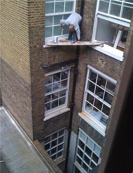 Pintando una ventana con unas tablas de madera