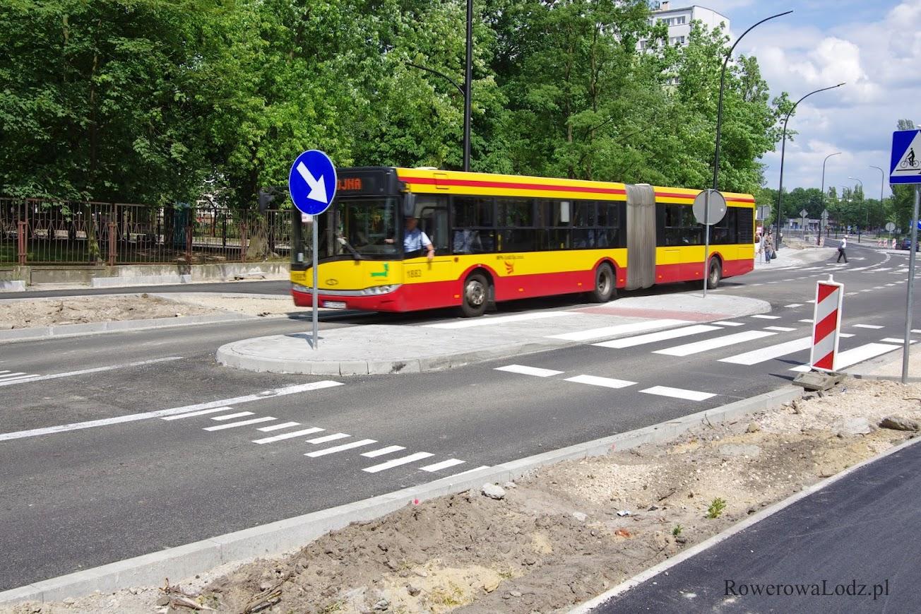 Przez wyniesione przejścia dla pieszych bez trudnu przejeżdża autobus
