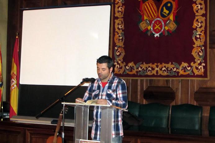 """Victor J Blasco durante la lectura de un poema del libro """"Puertas que se abren"""" presentado en el acto"""