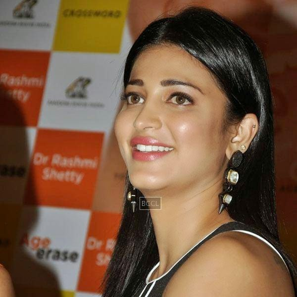 Shruti Hassan during the launch of Dr Rashmi Shetty's book 'Age Erase', held at Crossword, on July 11, 2014.(Pic: Viral Bhayani)