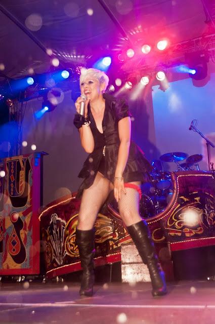 """""""Just Pink"""" mit Frontfrau Vanessa Henning rockte das Publikum auf dem Markgräfler Platz"""