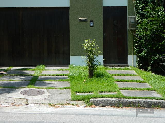 gnomos de jardim venda : gnomos de jardim venda:Casarões ao ar livre. Ainda que seja uma rua rodeada por condomínios