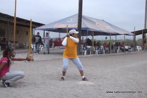 Lluvia Silva de Chicas Sertoma en el softbol femenil del Club Sertoma