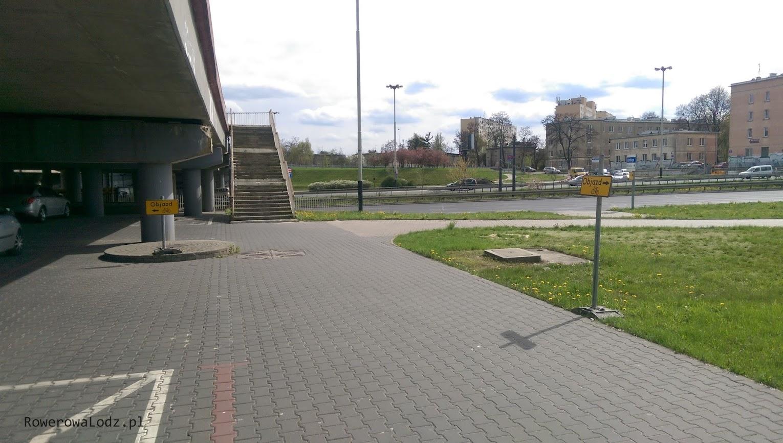 Objazd prowadzi przez parking pod wiaduktami