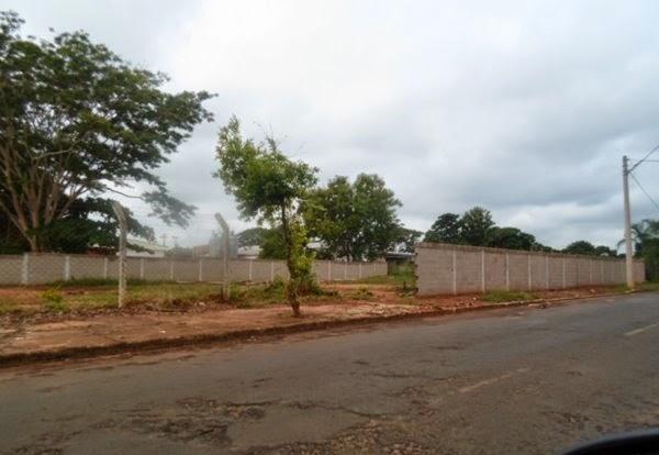 Construção de muro da nova área do cemitério está parada.