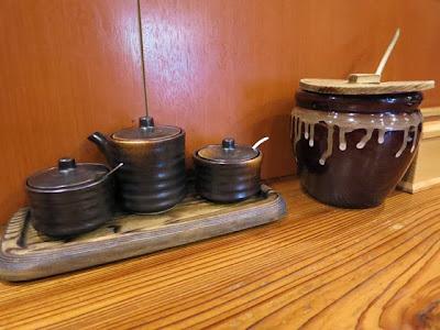 卓上のソースの壺と塩とカラシ