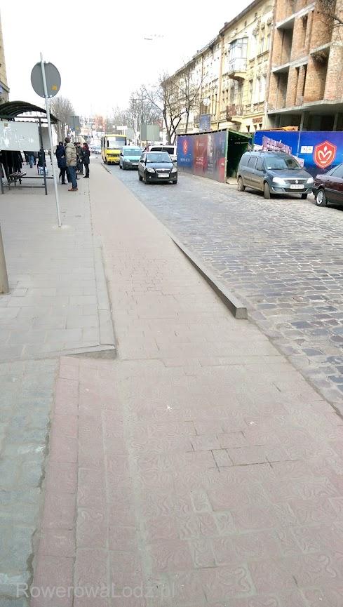 Pas ruchu dla rowerów przez peron przystankowy