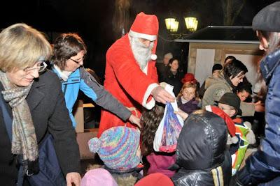Der Nikolaus bringt Geschenke für die Kinder.