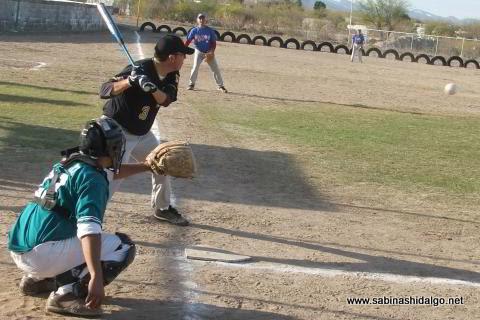 Leandro Villarreal de Piratas en el softbol sabatino