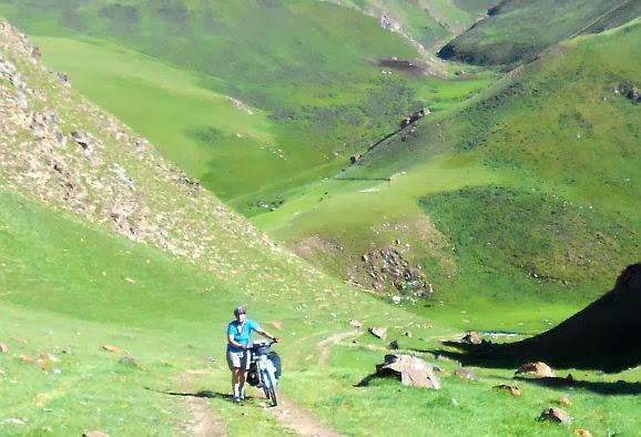 Aufstieg vom Kichi-Kara-Kudzhur-Tal in ein kleines Seitental zum Zelten; Koordinaten N 41,831712, E 75,797596