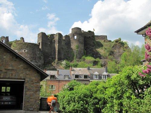 Zicht op de ruïnes van het feodaal kasteel van La Roche