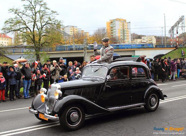 Piłsudski w zabytkowym aucie w Święcie Niepodległości w Gdyni