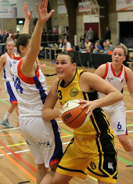 Eline Kraayenoord naar de basket