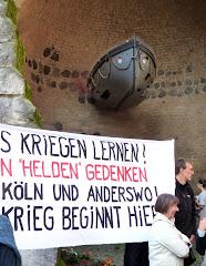 Gedenkstätte mit Demonstranten.