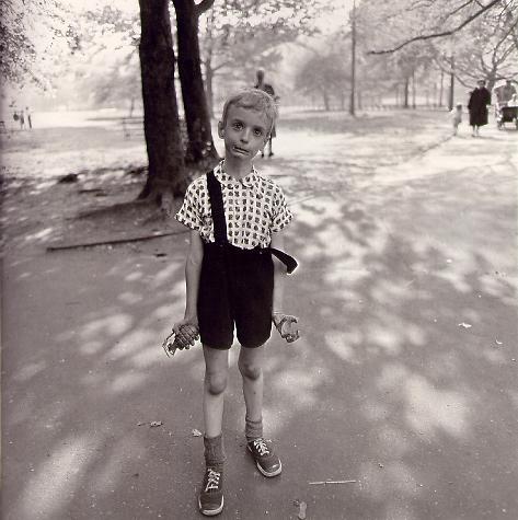 Vaikas su žaisline rankine granata Centriniame Niujorko parke, 1962