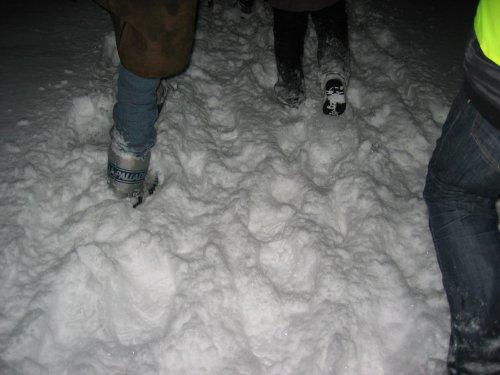 Op de paadjes is de sneeuw tot soms tot 50 cm bij elkaar gewaaid.