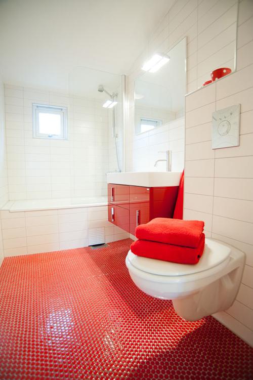Baños Modernos Terminados:Det første røde rommet som vises på NIB Ever Blir morgenfrisk