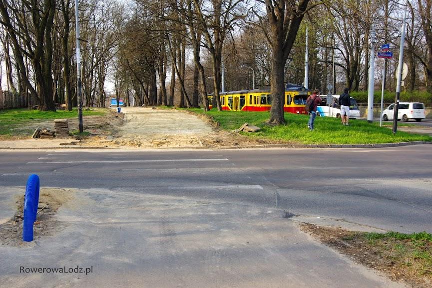 Na skrzyżowaniu z ul. Kniaziewicza widać ślad przyszłej rowerówki.