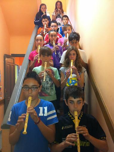 Alumnos/as de Viella tocando la flauta dulce en la clase de múscia