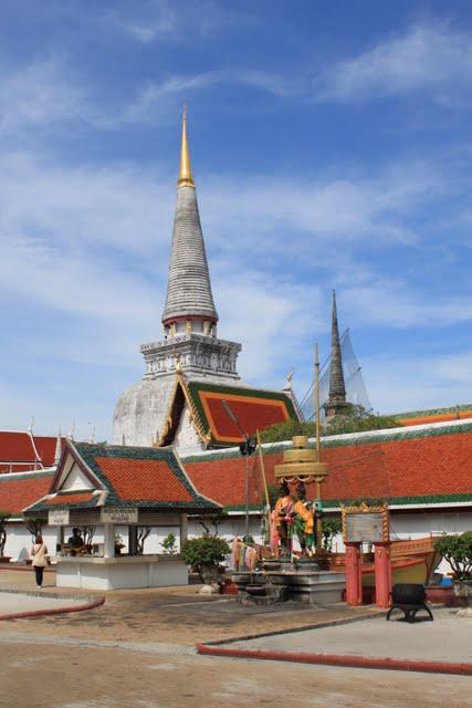 Храм Пра Махатат (Wat Phra Mahathat, วัดพระมหาธาตุวรมหาวิหาร)