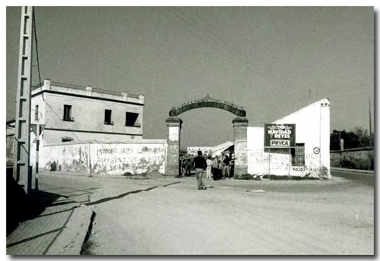 Entrada a Almacenes San Joaquín, mas conocido por el Almacén de aceitunas Carbonell Hoy en su lugar un Bazar en un bloque de pisos.