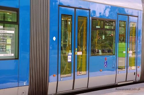 Wrocławskie tramwaje są oznakowane, którymi drzwiami można wejść z rowerem.