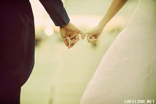 hình ảnh cô dâu chú rể nắm tay nhau đi