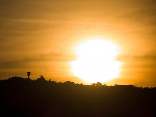 El sol detrás de una colina en el Fuerte Tiuna en Caracas