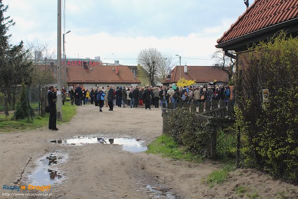 grupa spacerowiczów na ul. Nad Stawem