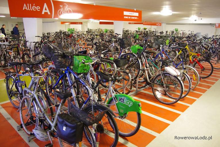 Podziemny parking dla rowerów obok stacji kolejowej w Strasburgu.