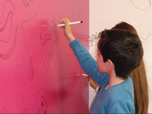 Convertir una pared en una pizarra para rotuladores - Pintar paredes blancas ...