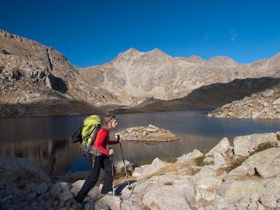 La Sílvia al peu dels estanys Eixerola-Cubieso amb el Subenuix al fons