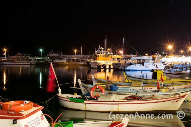 Cunda sahilindeki Bay Nihat restoranındaki deniz kenarı masalardan tekne manzarası