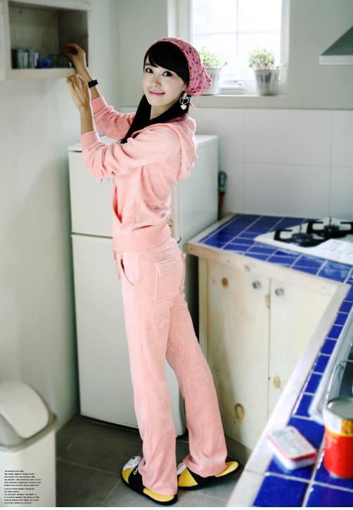 Теплый спортивный костюм розового цвета с капюшоном.