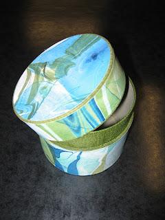 Runde Schachtel mit Hals. Mit Leder und Marmorpapier.