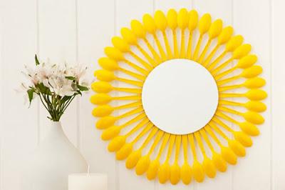 espelho com colheres amarelo