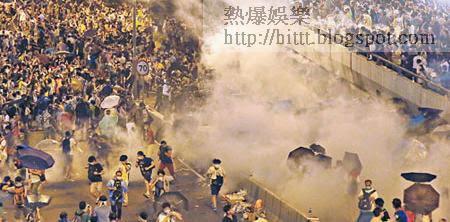 佔中行動遍地開花,大批示威者佔據金鐘夏慤道,警方多次施放催淚彈驅散示威人士。(何頴賢攝)
