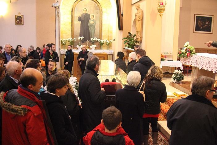 I fedeli transitano presso l'urna di Don Bosco nella chiesa dell'Oratorio