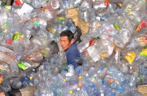 Un lavoratore tra i rifiuti della plastica a Shenyang, in Cina 2