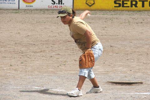Blanca Santana de Pioneras de Vallecillo en el softbol femenil del Club Sertoma