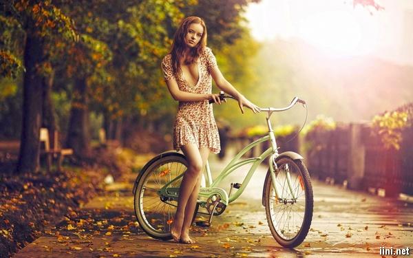 ảnh cô gái xinh đẹp gợi cảm đi xe đạp dạo dưới trời thu