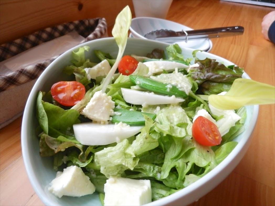 モッツァレラ・トマト・青豆とカラフルなグリーンサラダ、塩麹ドレッシングかけ