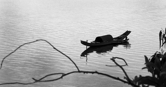 con thuyền mãi trôi trên sông
