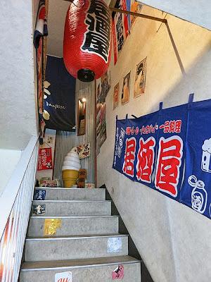 3Fのお店に向かう狭い階段