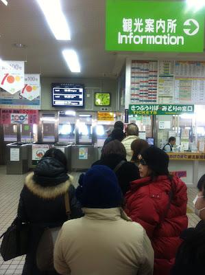 改札が開くのを待つ人々